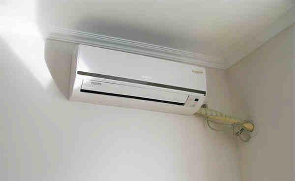 之一,下面就来看看常见的普通挂墙式空调安装方法。 壁挂式空调安装方法及注意事项 墙挂式空调安装过程介绍 一、空调安全安装前期准备 由于空调只有在进行安装、连接与调试之后,才能形成一个完整的运行系统。空调安装对日后空调使用安全和空调质量有很大的影响。因此空调业内有三分质量、七分安装之说。而要确保空调安装质量,做好安装前的各类准备工作就显得十分重要。 1、确定空调内机安装位置 空调室内机要距离房间顶部和两侧墙壁有一定的距离,距离一般大于15cm,防止空气流通受阻。在选择室内机位置的时候,要考虑选择排水容易、